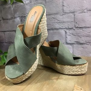 🆕🌻 SALE! 3/$20 Green tall high wedge shoes sz 8